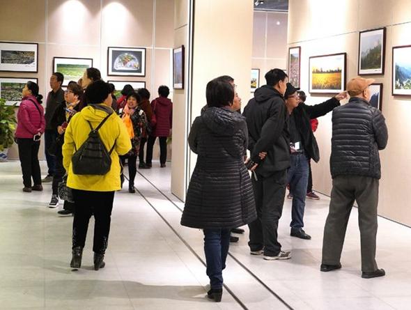 北京房山离退休老干部纪念改革开放40周年摄影展开幕