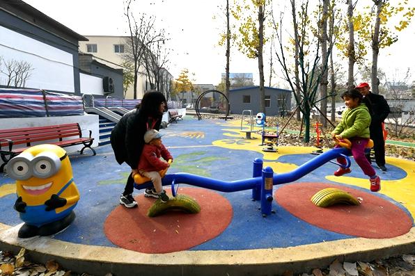 房山最新信息良乡镇富庄村整顿后杂草地变成儿童乐园