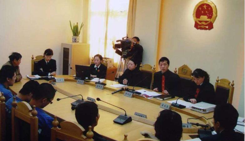 房山区法院长阳法庭法官为77名商户发放案款近70万元