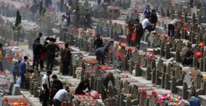 北京市房山区迎清明祭扫首个高峰