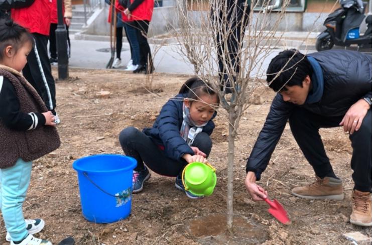 北京房山良乡拱辰街道瑞雪春堂社区开展植树节护绿活动