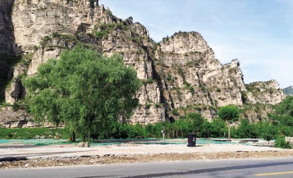 十渡镇集中对七渡村河道两侧的违法建设进行拆除。